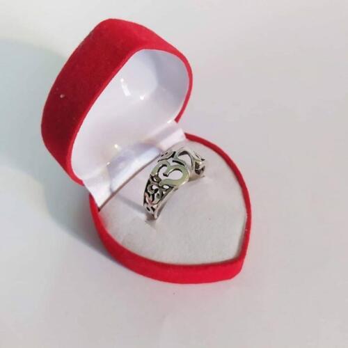 แหวนเงินแท้ ฉลุลาย โอมรมดำราคาพิเศษ 250 บาทไซส์ 51-53-56-58วัสดุ : 925 Sterling Silver เงินแท้มาตรฐานสากลน้ำหนักโดยประมาณ : 3 กรัม