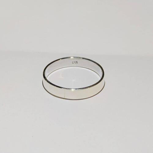 แหวนเงินแท้ แหวนเกลี้ยง หน้าแบน 5 มม.ราคาพิเศษ 289 บาทไซส์ 52-67-69วัสดุ : 925 Sterling Silver เงินแท้มาตรฐานสากลน้ำหนักโดยประมาณ : 3.9 กรัมรูปแบบ ลวดลาย : แหวนเกลี้ยง หน้าเรียบขนาดของหน้าแหวน : 5 มม.